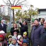 Gemeinsam entfernten die Bürgermeisterin Schäfer-Blake und Bürgermeister Dr. Bauer die Verhüllung