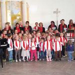 Der Gethsemane-Chor singt gemeinsam mit den KiGa-Kindern unter der Leitung von Fred Elsner