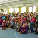 Die Kinder singen zur Einleitung das Leonhard-Frank-Schullied