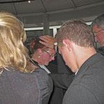 Pfarrerin Oldenburg erhält den Segen von Dr. Breitenbach für ihre weitere Zukunft