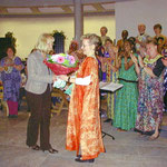 Frau Selbach von der Gethsemane-Gemeinde überreicht der Chorleiterin Blumen als Dank