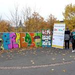Vor der Mittelschule befindet sich das Bild zu Art. 14 (Recht auf Asyl)
