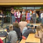 """Kinder der Klasse 5b singen unter der Leitung ihrer Lehrerin Frau Wawerik den """"Biene Maja Rap"""""""