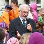 Regierungspräsident Dr. Paul Beinhofer beglückwünscht die Heuchelhöfer zu dieser schönen Anlage