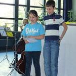 """Coralie und Benetikt trugen gemeinsam das Gedicht """"Der Zitronenfalter"""" vor"""