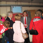 Pfarrer von Egidy erläutert Sinn und Zweck des ehemaigen Atombunkers unter der Mittelschule