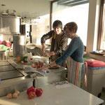 Hier wird in der Küche, im Pfarrheim von St. Sebastian, das Abendessen gekocht, das dann gegen 17 Uhr an die anwesenden Gäste verteilt wurde