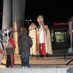 Dann kam der Nikolaus mit dem Engel Christiane und begrüßte die Kinder
