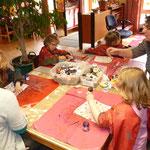 Auf Seidenstoff malen die Kinder Fantasiebilder