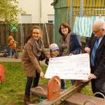 Frau Kerner und Herr Leyenberger vom Bürgerverein überreichen Frau Fischer das Geschenk
