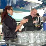 Pfarrer Kraus zapft im Beisein von Frau Kerner das erste Bier
