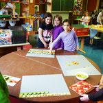 Die Kinder schneiden von Obst u. Gemüse hauchdünne Scheiben und legen diese auf eine Glasplatte