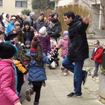 Dino machte auch in der Luxemburger Straße einige Spielchen mit den Kids