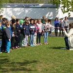 """Die Klasse 2aH sang mit Frau Schneider """"Ich liebe den Frühling"""""""