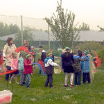 """Die Klasse 1aH der Leonhard-Frank-Schule tanzt und singt dazu: """"Jetzt fängt das schöne Frühjahr an"""""""