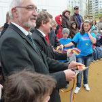 Dr. Beinhofer und Oberbürgermeister Rosenthal trennen das Band und geben die Anlage frei