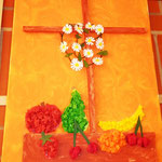 Kreuz mit Knülltechnik und Blumen