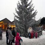 Der Engel empfängt Kinder unter dem Weihnachtsbaum