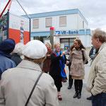 "Am Place de Caen vor der Säule ""Rumänien und Polen"" erläutert Frau Kissel (links) Frau Kerner Details"