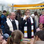 Der evang. und kath. Pfarrer vom Heuchelhof segnen das Bewegungsfeld