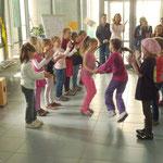 """Mädchengruppe tanzt zu dem Lied: """"Auf der Jagd"""""""