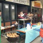 """Der Wirt von """"La Rippa"""" servierte vor seinem Lokal Schaschliks"""