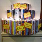 """Komplett aus Büchern gebaut: Eine beleuchtete """"Geburtstagstorte"""" am Eingang"""