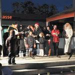 Unter der Leitung von Anja Pertler tragen die Kinder vom Spielhaus das Lied vom kleinen Rentier Rudolph vor