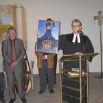 Pfarrer Egidy übergibt der scheidenden Pfarrerin als Abschiedsgeschenk ein Groß-Foto der Gethsemanekirche
