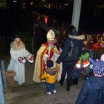 Vom Nikolaus und dem Engel erhält jedes Kind ein Geschenkpäckchen
