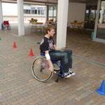 Ein Sportler-Rollstuhl, der von Hand bewegt wird