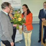 Der Ehemann von Frau Selbach erhält einen Blumenstrauß