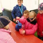 Durch die schwarze Brille waren die Kinder blind. Ihre Aufgabe bestand darin, Wasser aus einem Krug in einen Becher zu füllen