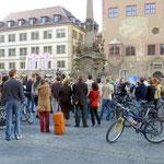 Die Teilnehmer sind am Ziel, am Vierröhrenbrunnen angekommen