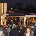 Die Musik spielt vorweihnachtliche Lieder und die Besucher singen mit