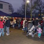 Viele Besucher kauften sich Waffeln, einen Glühwein oder Kinderpunsch
