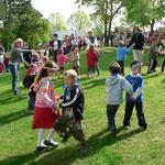 """""""Brüderchen komm und tanz mit mir"""" sangen u, tanzten die Kinder der DKKS"""