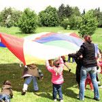 Fallschirmspiele nach dem Gottesdienst auf der Wiese vor Gethsemane