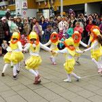"""Die kostümierte Kindertanzgruppe """"Vögelchen"""" von Olena Auschewa waren mit ihrem Ententanz ein echter Augen- und Ohrenschmaus"""