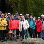 Unsere Gruppe in einer Regenpause am Wasserfall.