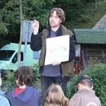 Dr. Patrick Schubert berichtet über interessante Details aus dem Leben der Fledermäuse. Die Kinder hören aufmerksam zu.
