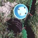 Eingegrabener Eimer mit Deckel