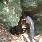 Kontrolle eines verschlossenen alten Bergwerkstollens