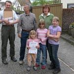 Die Auszeichnung erfolgte im Busch-Hof. Neben J. Köttnitz, J Schmidt und Ch. Busch steht vorn in der Mitte Rebecca, die Fledermausexpertin der Familie.