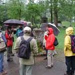 Leider waren Regenschirme unsere ständigen Begleiter, hier an der Helenenquelle, die ein sehr wohlschmeckendes Wasser ganz kostenlos liefert.