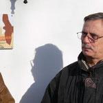 J. Schmidt vor der Plakette.
