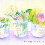 小さな瓶とバラの花