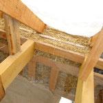 Chaque pile de galettes de paille est compressée avec un tasseau de bois cloué entre les solives