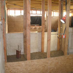 """Avant de penser à l'ossature de l'étage, il faut """"remplir"""" les murs de refent. Pour palier au manque d'inertie de la paille j'ai décidé de faire du pisé. Une partie de la terre qui sort de l'emplacement des fondations est tamisée...."""