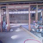 Alors que les murs périmétriques sont bien avancés, je perfectionne les structures internes notamment les linteaux des murs intérieurs qui vont être remplis de pisé (Terre+sable+chaux)